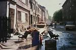 Božkovou ulicí v Přívoze se před dvaceti lety valila velká voda. Jak vypadala situace po jejím opadnutí, ukazují snímky z archivu obyvatelky Evy Zapletalové. Ta říká, že povodeň z roku 1997 úplně z hlavy vytěsnit nedokáže, ale své bydliště by nevyměnila.