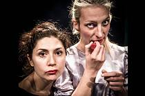 Martha Issova (vlevo) a Anna Polívková v představení Krasavice Interkontinentální Arte et Marte.