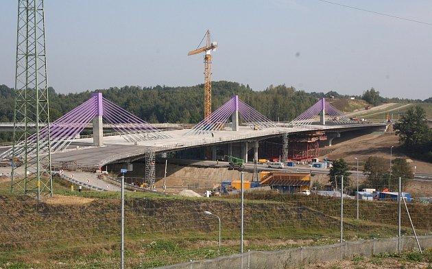 Dokončí někdy stavbaři dálniční most? Možná, že dálnice povede po valu.