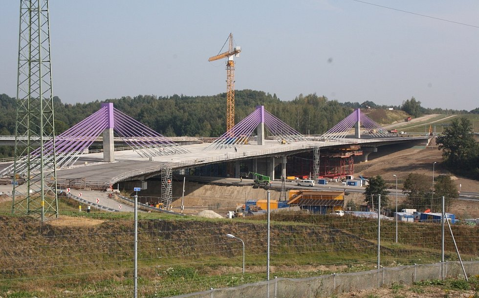 Dokončí někdy stavbaři dálniční most? Možná, že dálnice povede po valu. Ilustrační foto.
