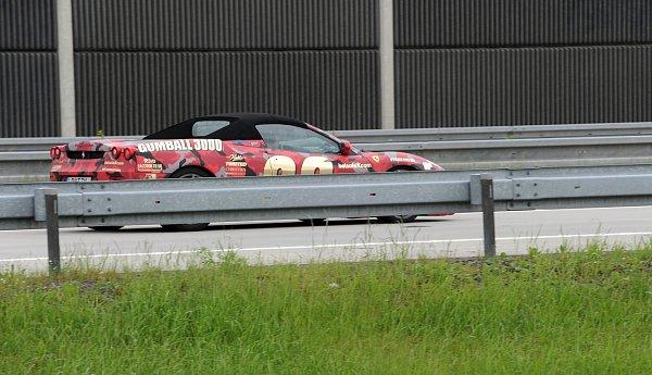 Zhruba stovka sportovních automobilů projela vrámci mezinárodního závodu Gumball 3000iostravským úsekem dálnice.