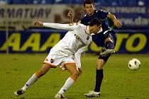 Ostravský Magera bojuje o míč s Pudilem ze Slavie