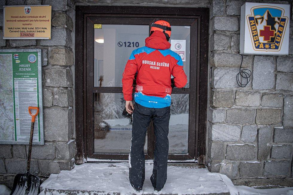 Dobrovolník horské služby Michal Vávra, 30. ledna 2021 na Ovčárně.