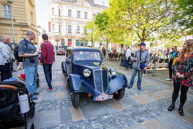 Setkání automobilových veteránů na Masarykově náměstí 25.května 2019vOstravě.