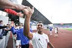 BYL U VŠEHO. Záložník Baníku Ostrava De Azevedo byl u všech tří branek zápasu se Sokolovem. Po jeho skončení důležité vítězství 3:0 s fanoušky s úsměvem oslavil.
