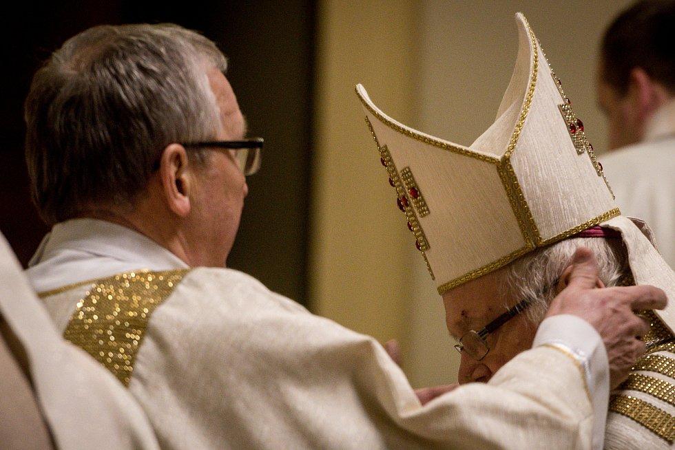 Půlnoční pontifikální mše sv. v katedrála Božského Spasitele, 24. prosince 2018 v Ostravě. Na snímku Biskup František Václav Lobkowicz (vpravo).
