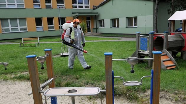Boj s klíšťaty se rozhodli vést radní Mariánských Hor a Hulvák. V mateřských školách v obvodu provedli postřik proti těmto parazitům. Jednou z nich byla i Mateřská škola Zelená.