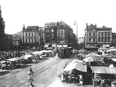 Ještě v době první republiky se na Masarykově náměstí konaly rozsáhlé trhy, stánky zaplňovaly každý volný prostor.