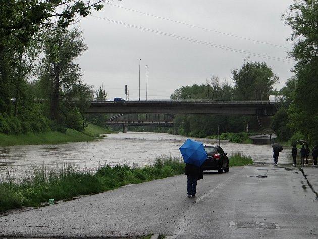 Zaplavené Havíčkovo nábřeží vcentru Ostravy.