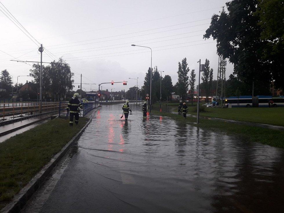 Zatopená křižovatka v Ostravě.