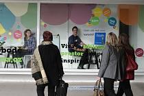 Takzvaná živá reklama spočívá v tom, že si lidé sednou přímo do výlohy a snaží se zaujmout kolemjdoucí.