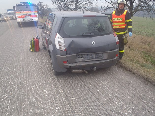 Na místo nehody, při které se zranila osmačtyřicetiletá žena, přijeli také profesionální hasiči zBílovce, které přivolali jejich kolegové.