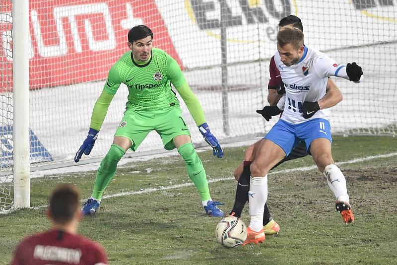 Fotbalisté Baníku Ostrava remizovali v utkání 15. ligového kola se Spartou Praha 0:0 (17. ledna 2021). Od začátku nastoupil v ostravském útoku Nemanja Kuzmanovič (v bílém). Gól ale nedal. Stejně jako později střídající Roman Potočný a Tomáš Zajíc.