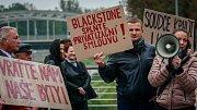 Necelá desítka obyvatel někdejších havířských bytů přišla na demonstraci svolanou ve středu na podporu jejich práv.