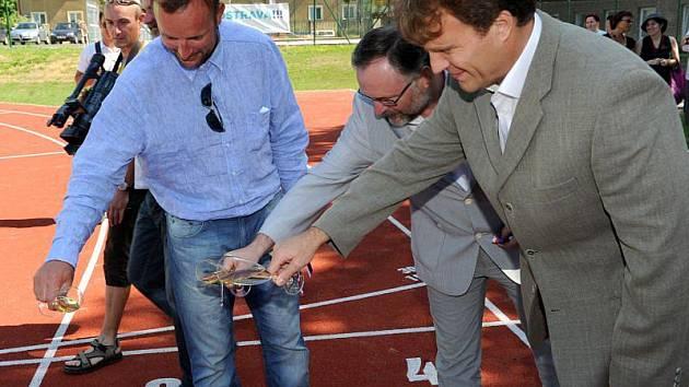 Na místě zastaralého sportoviště u dvou základních škol na Porubské ulici v Ostravě-Porubě byl v úterý slavnostně otevřen víceúčelový sportovní areál za téměř sedmnáct a půl milionu korun.