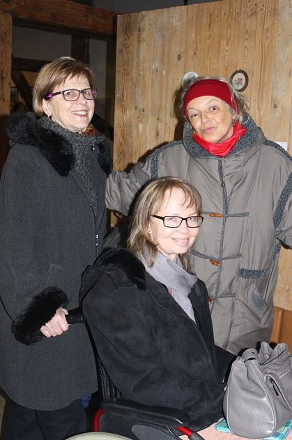 BOHDANA HRABOVSKÁ (na snímku uprostřed), vlevo její maminka Helena a vpravo stojí kamarádka Milada Krajíčková.