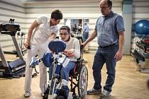 LUCIE STŘÍBNÁ s tatínkem v tělocvičně sanatorií.