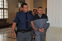 Vězeňská eskorta přivádí Milana Miča (vpředu) a Dušana Baláže. Za vydírání jim hrozí pět až dvanáct let vězení.