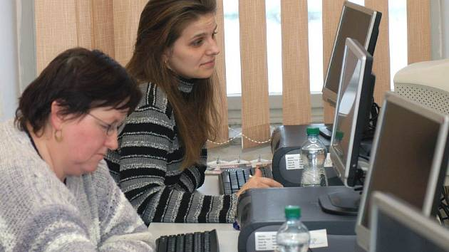 Nezaměstnaní se učí pracovat na počítači