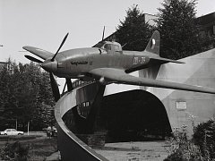 """Původní letadlo sovětské bitevní letadlo """"Šturmovik"""", které bylo do tehdejšího Dzeržinského sadu (dnes park Čs. letců) umístěno v roce 1960 a zůstalo zde do roku 1994."""