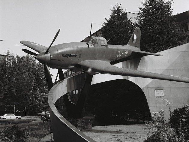 """Původní letadlo sovětské bitevní letadlo """"Šturmovik', které bylo do tehdejšího Dzeržinského sadu (dnes park Čs. letců) umístěno vroce 1960a zůstalo zde do roku 1994."""