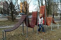 Jedno ze tří vytvořených ve spolupráci sdružení Lužánek a umělců z Ostravy stojí u autobusové zastávky Duha v VII. porubském obvodě.