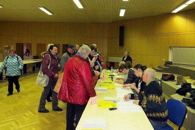 VNovém Jičíně se krátce před 14.hodinou tvořila fronta před volební místností. Zájem byl velký od prvních sekund.