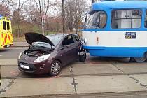Nehoda tramvaje s osobním automobilem.