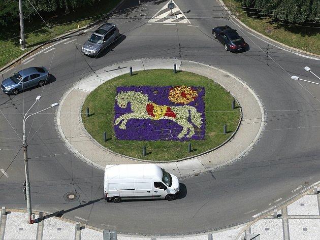 V rondelu před Novou radnicí byl z květin vysázen znak Ostravy.