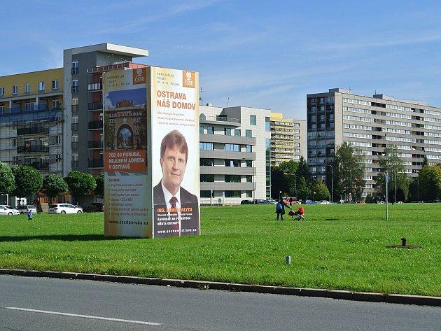 Tady je Palyzovo! Na lukrativní místo v Ostravě-Porubě dovolil starosta Lumír Palyza za ČSSD umístit jen reklamu své vlastní strany. Všichni ostatní mají smůlu.