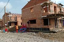 Pohled na výstavba dvojdomků v areálu Domu s pečovatelskou službou v Porubě na Průběžné ulici