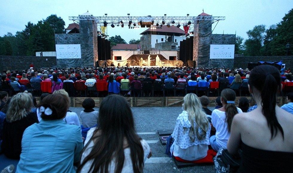 Komedie Jak se vám líbí zahájila na Slezskoostravském hradě Letní shakespearovské slavnosti v Ostravě, které potrvají do první poloviny srpna.