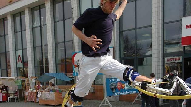 Michal Hrda propadl kouzlu skákacích bot také.