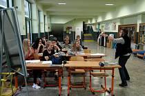 Heleně Sumarové se za pětatřicet let ve školství stalo kvůli probíhající rekonstrukci poprvé, že by rozvrh určil výuku přímo na školní chodbě.