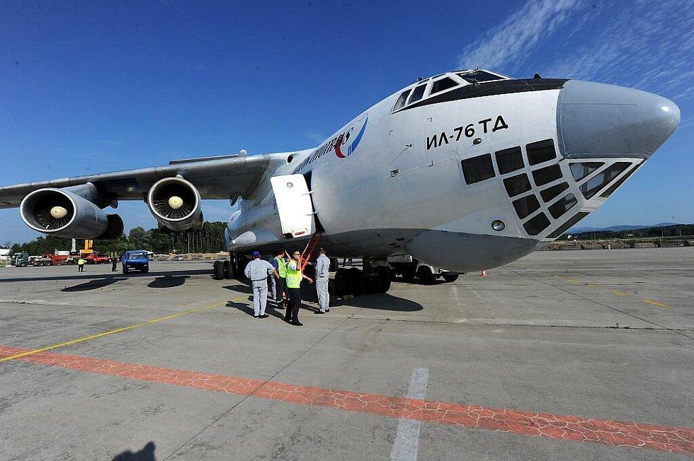V roce 2010 na letišti v Mošnově přistál nákladní Iljušin IL 76. Archivní snímek Deníku.