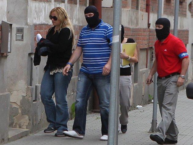 Policejní eskorta s obviněnou šéfkou kabinetu premiéra Petra Nečase (ODS) Janou Nagyovou dorazila v pátek po šesté hodině k policejní služebně v ostravské Masné ulici.