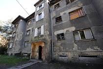 Nájemníci v Riegrově ulici mají rozporuplné pocity. Na jedné straně se těší, že se zchátralé domy opraví, na druhé se bojí, jestli nový majitel nezvýší nájem.