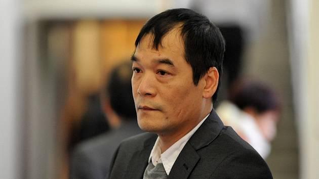 Tento muž je podle obžaloby Do Ta Hoai. Před více než třiadvaceti roky údajně zabil svého krajana. Vietnamec k ostravskému soudu přijel z Německa, kde žije. Vinu odmítl.