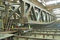 Téměř jedenačtyřicet metrů měří mostní konstrukce, kterou pro železničáře vyrobili ve Vítkovicích.