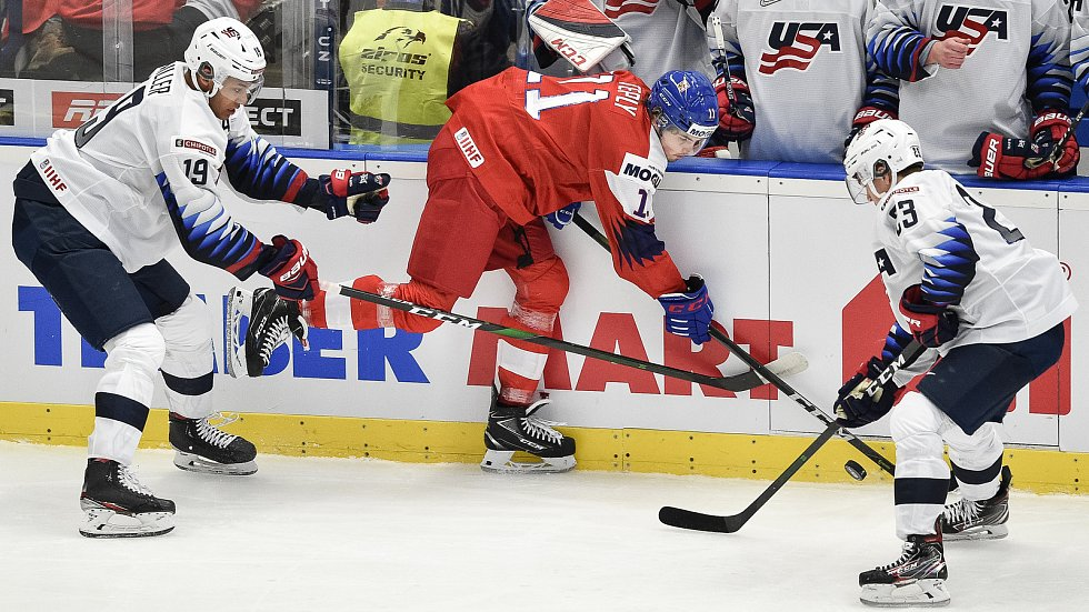 Utkání mistrovství světa hokejistů do 20 let: ČR - USA, 30. prosince 2019 v Ostravě. Na snímku (zleva) Kandre Miller, Michal Teply a Bobby Brink.