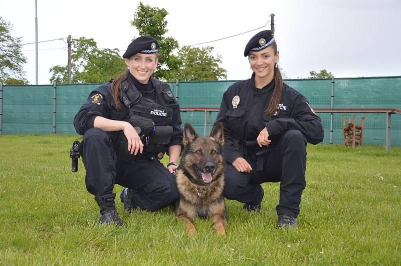 Strážnice (vlevo Nikol Vítečková, vpravo Alena Klapetková) slouží v řadách ostravské městské policie několik let.