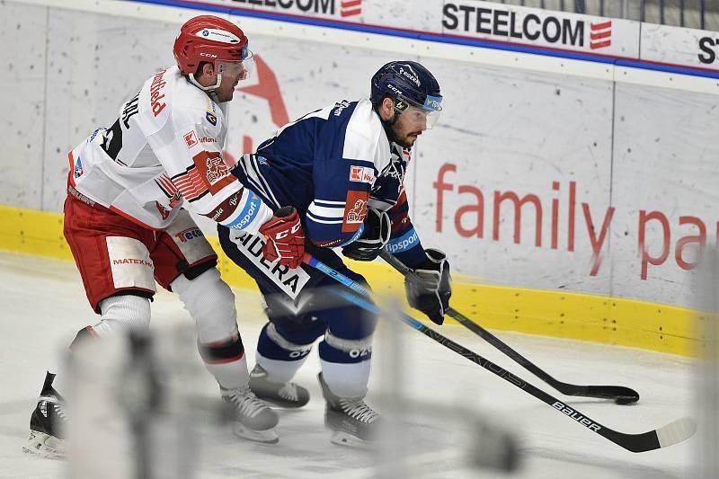 Utkání 15. kola hokejové extraligy: HC Vítkovice Ridera - Mountfield Hradec Králové, 9. listopadu 2020 v Ostravě. (zleva) Petr Koukal z Hradce Králové a Rastislav Dej z Vítkovic.