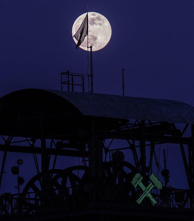 Měsíc v tzv. superúplňku 7. dubna 2020 v Ostravě.