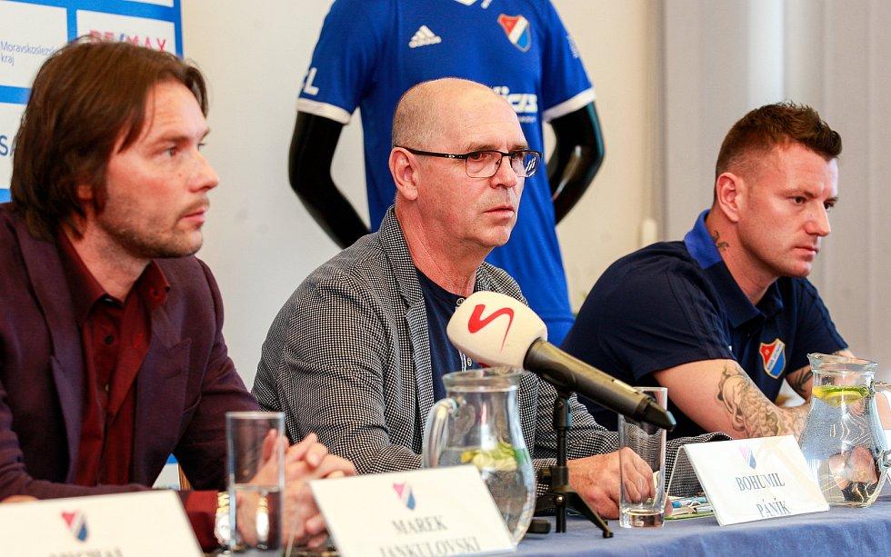 Tisková konference FC Baníku Ostrava.Na fotografii zleva Marek Jankulovski, Bohumil Páník, Jan Laštůvka
