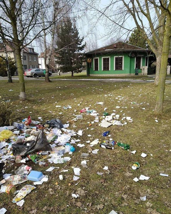 Svinčík okolo popelnic v Sadu Družby v Ostravě-Zábřehu kdosi zatím neznámý dělává často a dá se říci, že také s gustem. Ostrava, květen 2021.