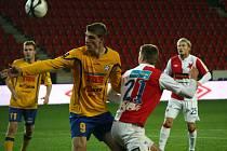 V popředí snímku Martin Kouřil ještě v žlutém dresu FK Varnsdorf. Ilustrační foto.