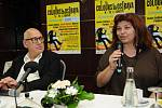 Hudební skladatel Michael Nyman a ředitelka festivalu Colours of Ostrava Zlata Holušová na tiskové konferenci v Ostravě.