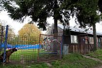 Domem v osadě Bedřiška v Ostravě-Hulvákách, převážně obývané Romy, v noci na pátek otřásl výbuch, při němž se část stavby dokonce vychýlila.