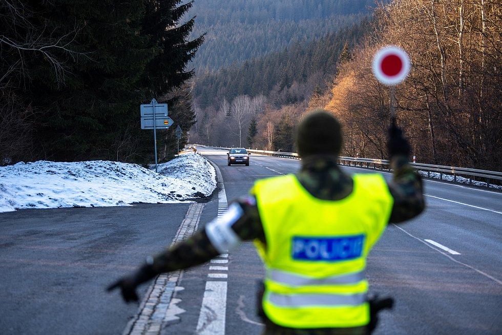Policie ČR a vojáci začali nařízením vlády ČR kontrolovat, jestli lidé dodržují nová protiepidemická opatření omezující volný pohyb mezi okresy. 6. března 2021 na Horní Bečvě.