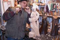 Dalibor Čenčík již zhotovil téměř osmdesát soch a sošek patronky horníků svaté Barbory. Jeho přáním je vytesat ji do kamene.